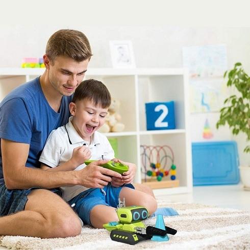 Padre e hijo jugando con robot
